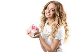 fata blonda cu un cadou in mana