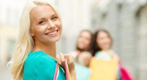 fata blonda cu bluza turcoaz
