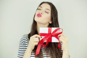 fata bruneta cu cadou