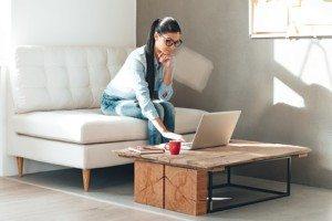 fata bruneta care lucreaza pe laptop