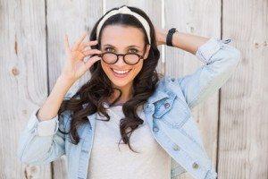 fata bruneta cu ochelari de vedere
