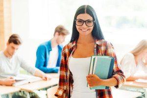 fata bruneta cu carti in brate la facultate