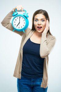 fata uimita cu un ceas in mana
