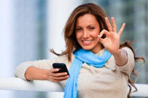 femeie cu telefon in mana