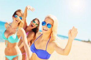 trei fete cu ochelari de soare